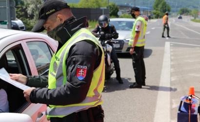 Polícia naďalej kontroluje hraničné priechody
