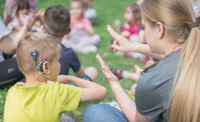 Vokálna skupina Voising nahrala videoklip s piesňou Tri slová, v ktorej sa objavuje aj spievajúci nepočujúci chlapec