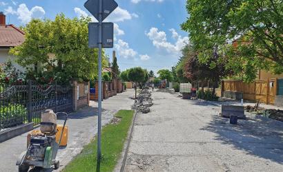 Na viacerých miestach v meste prebieha rekonštrukcia ciest a chodníkov