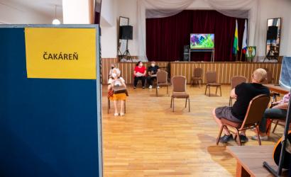 Župa výjazdovo očkuje v obciach. V Zelenči dostalo vakcínu viac ako 100 seniorov.