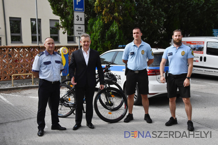 Mestskí policajti v službe na bicykloch