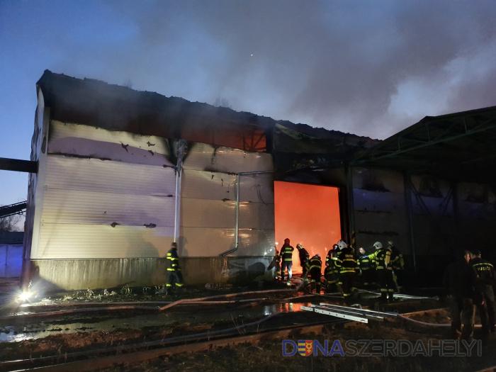 Obrovské plamene pri požiari skladu slamy v Dunajskej Strede
