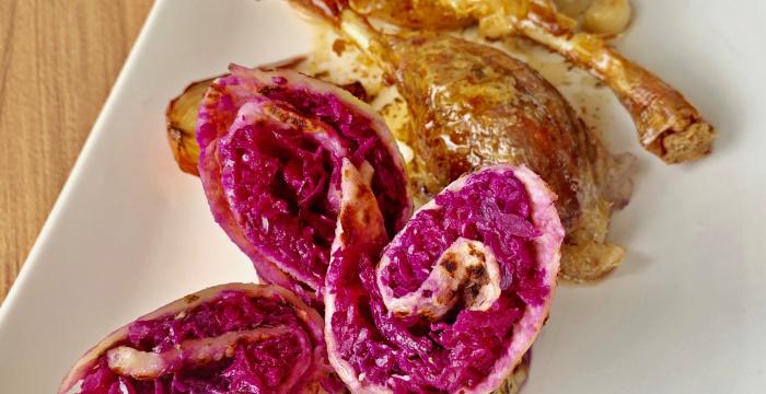 Kačacie stehno s dusenou červenou kapustou a zemiakovou lokšou