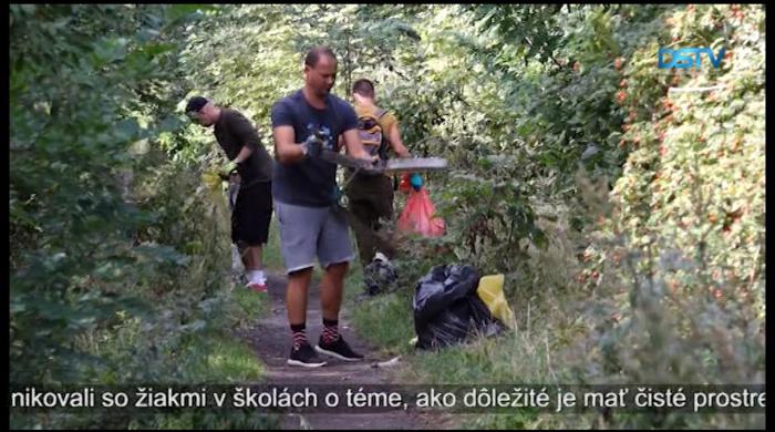 Embedded thumbnail for V Dunajskej Strede vyčistili od smetí úsek lesíka