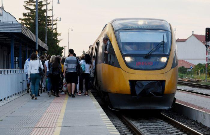 Na trati Komárno - Bratislava pribudnú desiatky miest na sedenie
